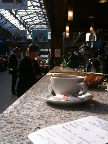Greitos prancūziškos kavos puodelis Gare du Nord