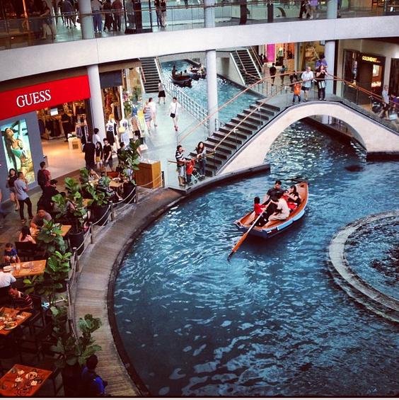 """Nueini į """"Akropolį"""", plaukioji iš """"Zaros"""" į """"Can Can Pizza"""" su valtim. Marina Bay Mall."""
